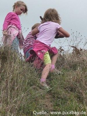 Kinder Spielen auf einer Wiese